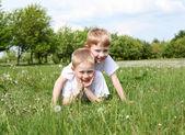 Deux frères en plein air — Photo