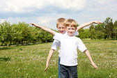 Two brothers outdoors — Стоковое фото