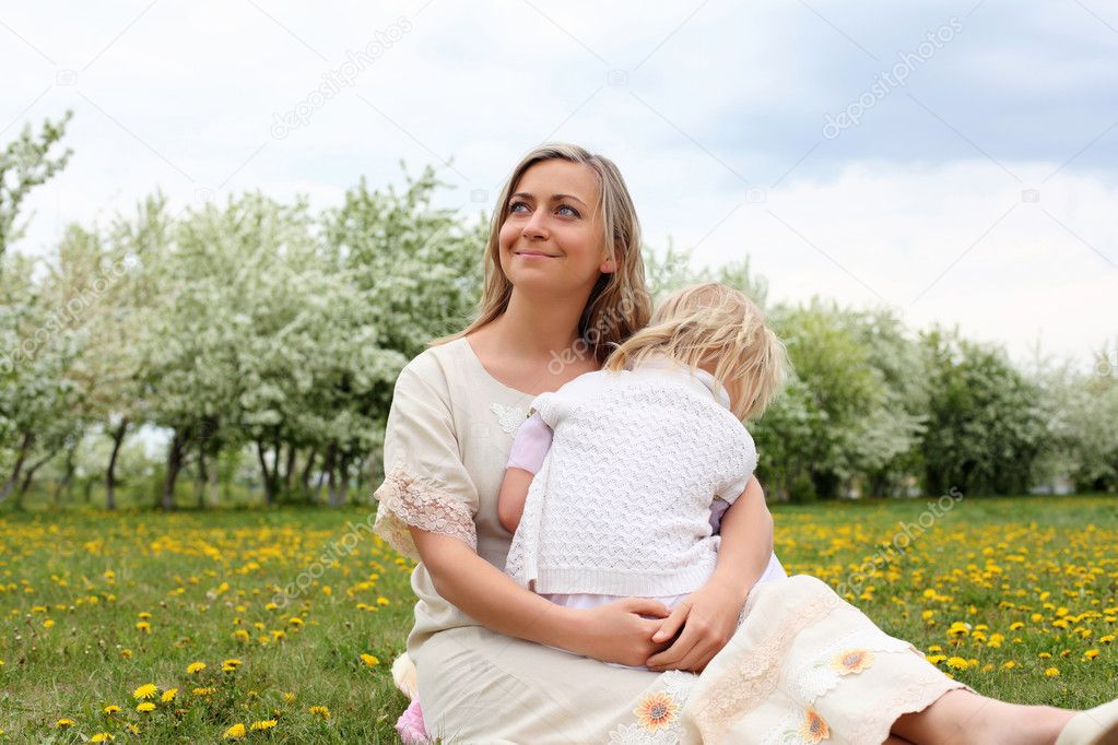 Happy girl and her mother in the spring park — Stock Photo #5831444