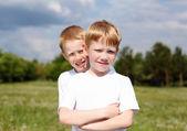 Zwei brüder im freien — Stockfoto