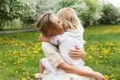Niña con la madre en el parque — Foto de Stock
