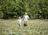 在公园玩耍的小男孩 — 图库照片