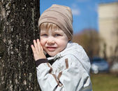 Mladík procházky v parku — Stock fotografie
