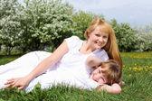 Meisje met moeder in voorjaar park — Stockfoto