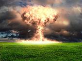 Explosão nuclear em um ajuste ao ar livre — Foto Stock