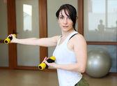 Genç kadın spor yapıyor — Stok fotoğraf