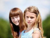 Zwei Mädchen spielen im park — Stockfoto