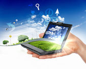 человеческая рука держа ноутбук и природа пейзаж — Стоковое фото