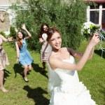 jonge bruid in witte bruiloft jurk — Stockfoto