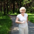 Elderly woman likes to run in the park — Stock Photo