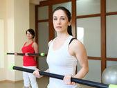年轻女人在做运动 — 图库照片