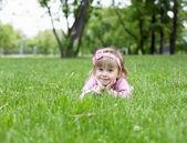 Portrait d'un petit extérieur de fille — Photo