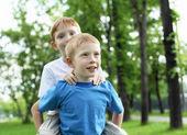 Portret van twee jongens in de zomer in openlucht — Stockfoto