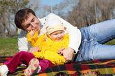 春の公園の父を持つ少女 — ストック写真