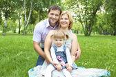 Rodzina razem w parku — Zdjęcie stockowe