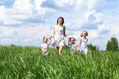 семья с детьми в летний день на открытом воздухе — Стоковое фото