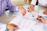 Documentos financieros y de negocios en la mesa — Foto de Stock