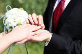 Shot moment when the groom puts the ring — Foto Stock