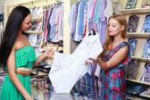 Venditore ragazza aiuta gli acquirenti — Foto Stock