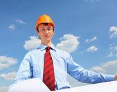 青いシャツと黄色のヘルメットで若いエンジニア — ストック写真