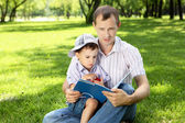 Father with his son in the park — Stok fotoğraf