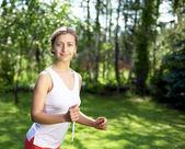 Giovane ragazza in camicia bianca e pantaloni rossi — Foto Stock