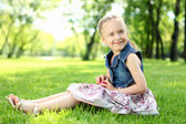 公園で少女の肖像画 — ストック写真