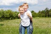 Twee broers in openlucht — Stockfoto