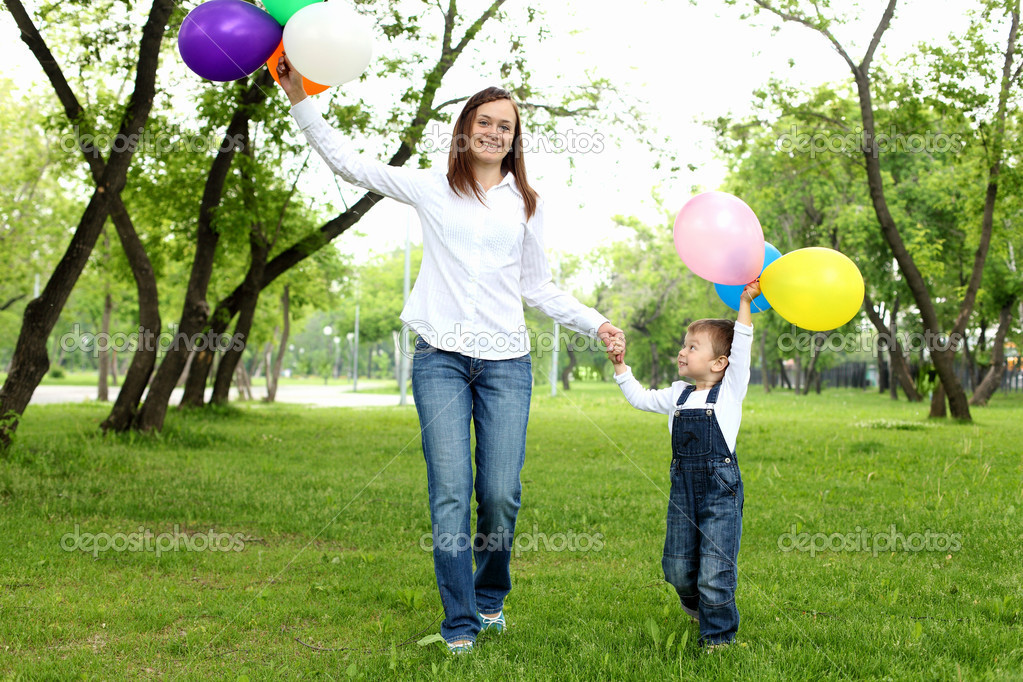 Mother with her son in the summer park with baloons — Stock Photo #6293919