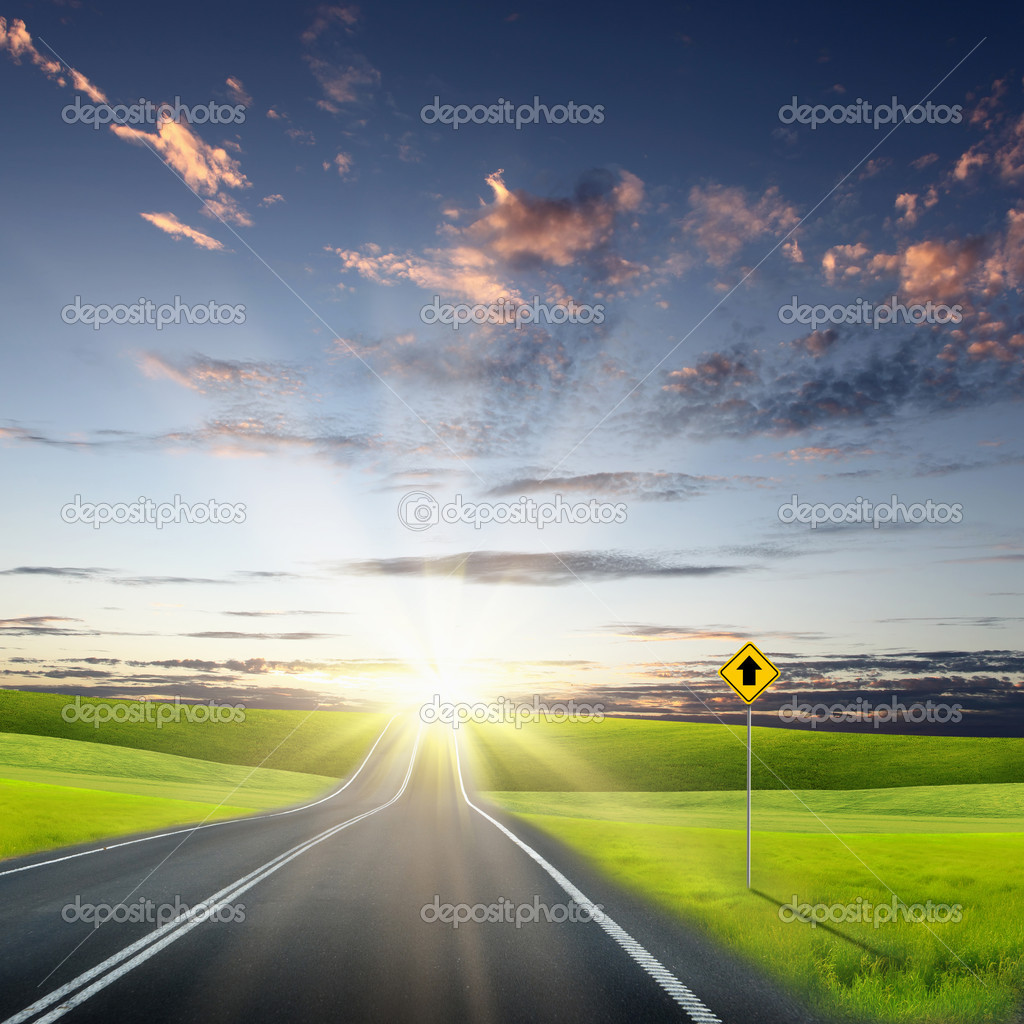 Picture of empty road leading toward horizon and cloudy sky — Stock Photo #6294189