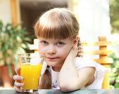 オレンジ ジュースを持つ少女の肖像画 — ストック写真