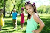 Petite fille dans le parc d'été avec des amis — Photo