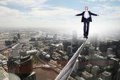 Homem de negócios equilibrando na corda — Foto Stock
