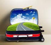 Valigia rossa con paesaggio e stradali all'interno — Foto Stock