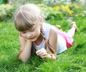 Girl gardening in the summer — Stockfoto