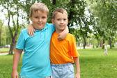 Dwóch chłopców w parku — Zdjęcie stockowe