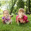 Little girl in the park blowing bubbles - Foto Stock