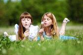 Twee meisjes spelen in het park — Stockfoto