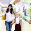 Young mother and her daughter doing shopping — Stock Photo