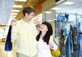 Młode rodziny robi zakupy — Zdjęcie stockowe
