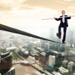 Foto Stock: Business mbalancing on rope