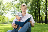 Father with his son in the park — Stockfoto