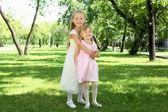 两个小姐妹中夏公园 — 图库照片