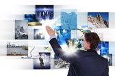 Mann arbeitet mit vurtial bildschirmen — Stockfoto