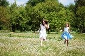 Dwie dziewczyny w parku — Zdjęcie stockowe