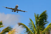 Aircraft arriving to destination — Stock Photo