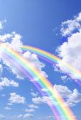 在蓝色的天空中的两个美丽明亮彩虹 — 图库照片