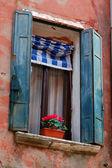 Vecchia bella finestra di venezia con gerani — Foto Stock