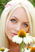 Schöne blondine mit daisywheel — Stockfoto
