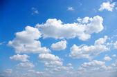 Na tle niebieskiego nieba — Zdjęcie stockowe